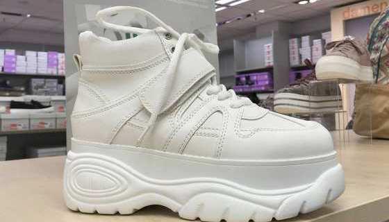 Plateau-Schuhe sind zurück. Dieses Modell gibt es bei Deichmann.