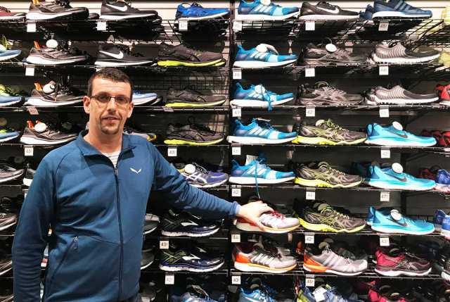 Den perfekten Schuh zum Joggen findest du am besten, wenn du ihn vorher anprobierst. Unser fachkundiges Personal von Decathlon oder Intersport hilft dir jederzeit gerne weiter.