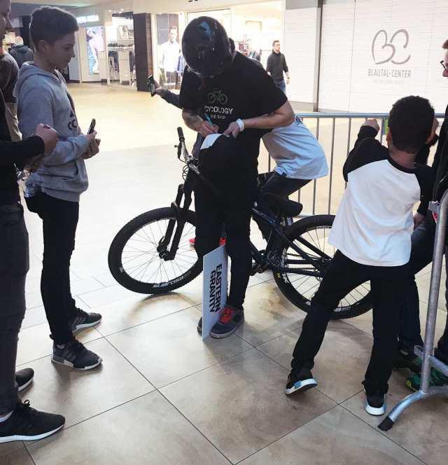 Auch die kleinen Fans waren richtig begeistert. Früh übt sich – nur bitte nicht im Shopping-Center. :)