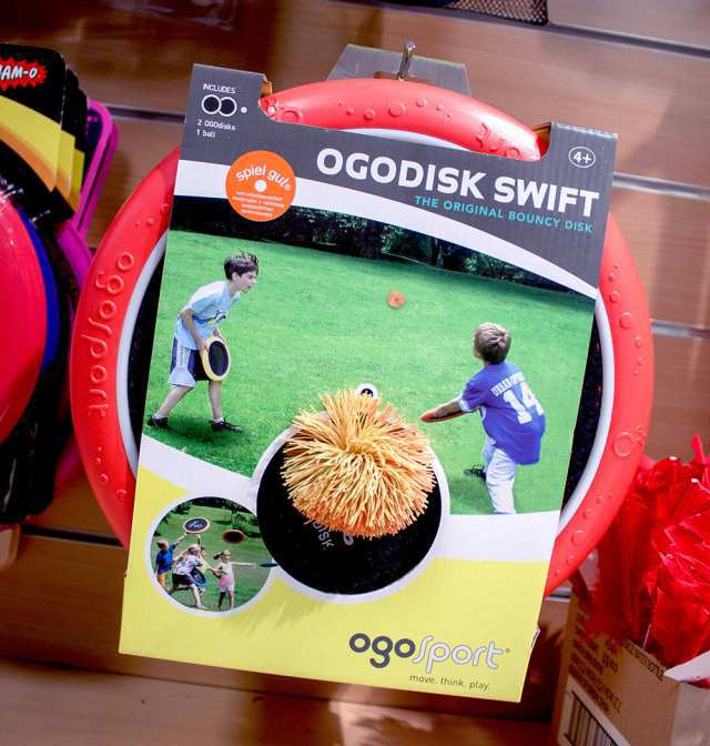 Footbälle, Frisbeescheiben und Ballspiele sind perfekt für einen Tag im Park. Eine große Auswahl an Spielwaren gibt es bei Müller.
