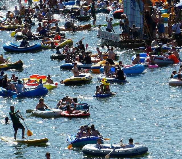 Menschen schwimmen beim Nabada auf der Donau